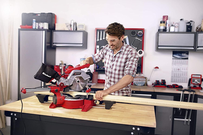 Einhell TE-SM 216 Dual beim Schneiden von Holz